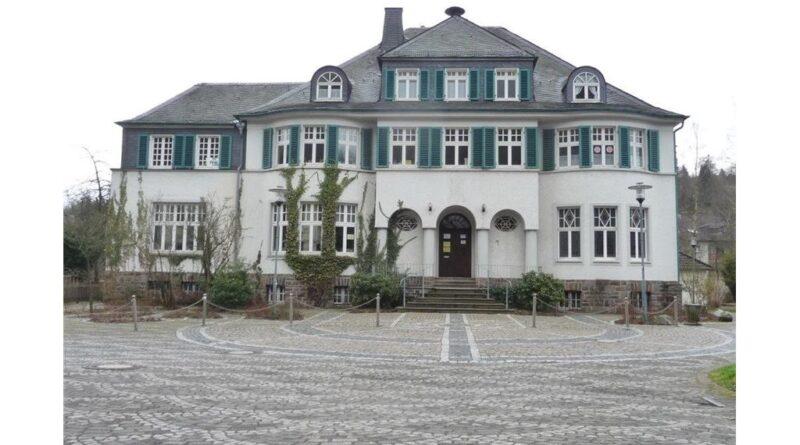 Barrierefrei ins alte Rathaus durch neuen Treppenlift.